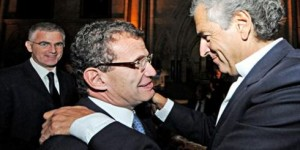 Poju Zabludowicz (centre) greets leading Zionist and media star / philosopher Bernard-Henri Levy (right) at a BICOM event.  Israeli ambassador Daniel Taub is in the background (left).
